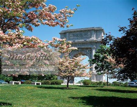 NATIONAL MEMORIAL ARCH GEWIDMET JUNI 1917 IM FRÜHJAHR BLÜHENDE HARTRIEGEL BÄUME VALLEY FORGE-NATIONALPARK PENNSYLVANIA USA