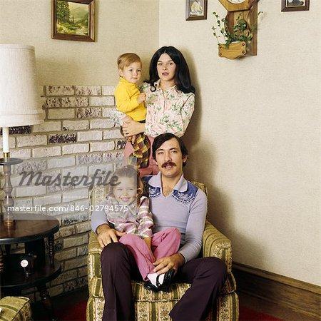 70er Jahre Mode Portrait Living Room Familienvater Stehen Zwei