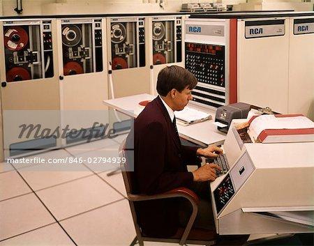 ANNÉES 1960 ANNÉES 1970 HOMME ASSIS CLAVIER TRAVAIL STATION RCA INFORMATIONS SYSTÈME INFORMATIQUE MAINFRAME