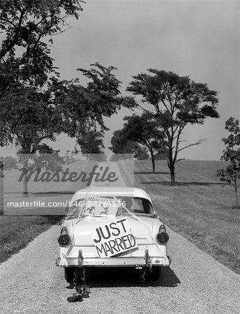 ANNÉES 1950 DERRIÈRE LA BERLINE FORD BLANCHE CONDUITE HORS AVEC JUSTE MARIÉ SIGNE ON TRUNK
