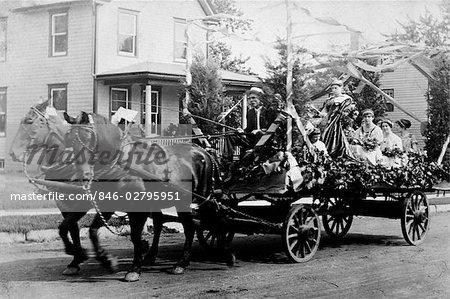 TOURNANT DES ANNÉES 1890 DU XXE SIÈCLE DU SIÈCLE CHEVAL & WAGON AU DÉFILÉ DÉCORÉ DE FLEURS ET SERPENTINS EN PAPIER &