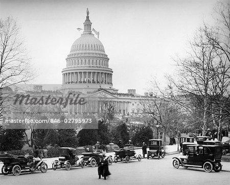 1910S ZWANZIGER JAHRE KAPITOL, WASHINGTON DC USA REIHE VON AUTOS GEPARKT ON STREET IM VORDERGRUND