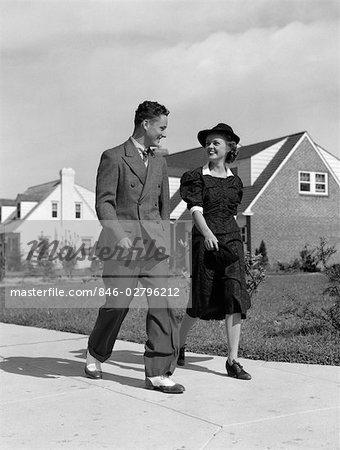 ANNÉES 1940 LE TROTTOIR COUPLE MARCHANT SUR SUBURBAN TEENAGE