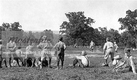 GROUPE DES ANNÉES 1910 DU XXE SIÈCLE DES GARÇONS OUTDOOR BASEBALL JOUANT CHAMP JACKSON COUNTY MISSOURI