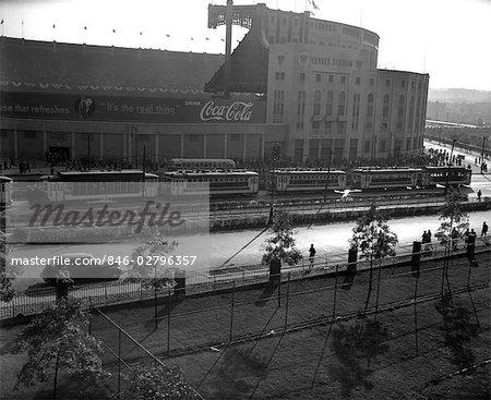 ANNÉES 1940 EXTÉRIEUR DU YANKEE STADIUM AVEC UN ARBRE COCA COLA BANNIÈRE SUR MUR DOUBLÉ STREET AVEC PIÉTONS NEW YORK USA