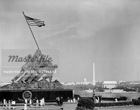 MONUMENT DE CORPS DE MARINE DES ANNÉES 1960 AVEC WASHINGTON DC SKYLINE IN BACKGROUND