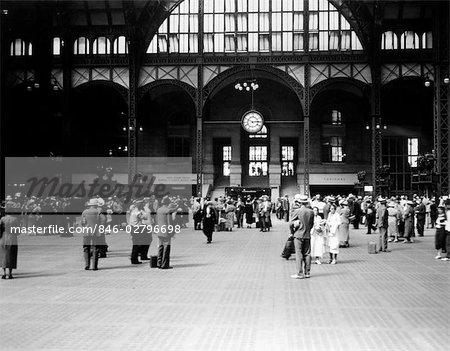 1930ER JAHREN PENNSYLVANIA PENN STATION NEW YORK CITY RAILROAD STATION MENSCHEN FAHRGÄSTE REISENDE TRANSPORT