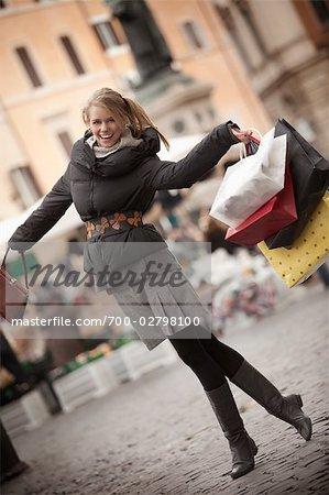 Glückliche Frau Einkaufen in Piazza Navona, Rom, Italien