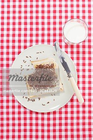 To relax, bestreut mit Schokolade auf Teller mit Glas Milch