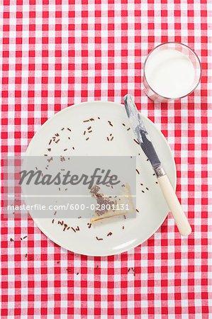 Platte mit Bissen von Toast und Glas Milch