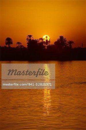 Coucher de soleil sur le Nil, Louxor, en Egypte, en Afrique du Nord, Afrique