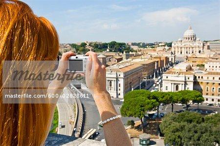 Femme prenant la photographie de la cité du Vatican, Rome, Latium, Italie