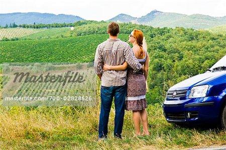 Vue arrière du Couple à la recherche au vignoble en Chianti, Toscane, Italie