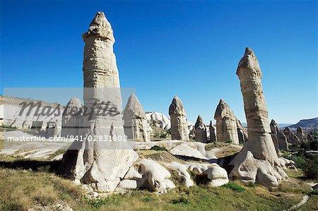 Piliers phalliques ou cheminées de fées, près de Göreme, Cappadoce, Anatolie, Turquie, Asie mineure, Eurasie