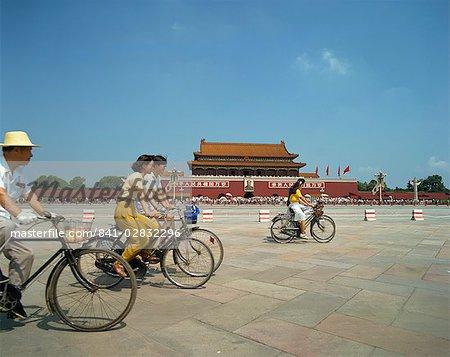 Gens en vélo a travers la place Tien An Men en dehors de la cité interdite, Beijing, Chine, Asie