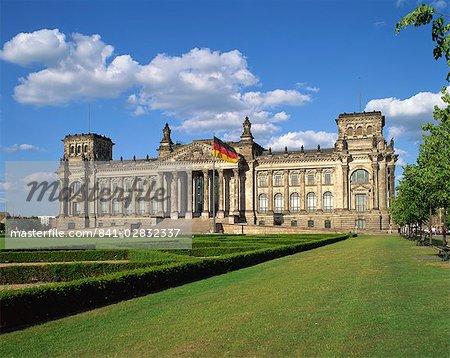 Le drapeau allemand flotte devant le Reichstag à Berlin, Allemagne, Europe