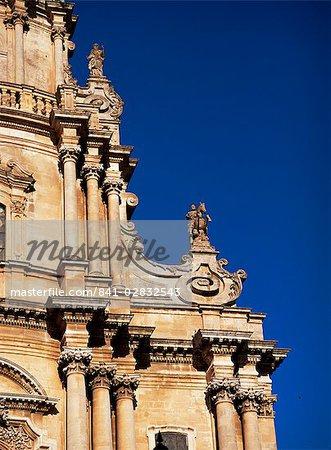 Détail, y compris la statue équestre de Saint-Georges de Rosario Gagliardi, San Giorgio, Ragusa Ibla, Sicile, Italie, Europe
