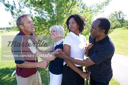 Frauen, die versuchen, Break Up Kampf zwischen Golfer