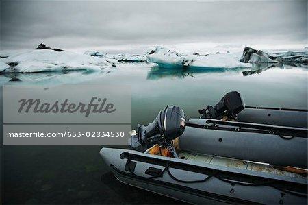 Deux hors-bord sur un lagon glaciaire