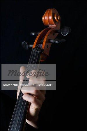 Menschliche Hand spielt ein cello