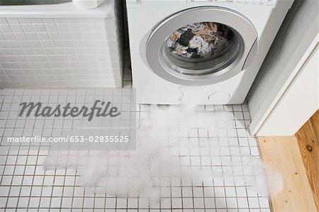 Eine undichte Waschmaschine