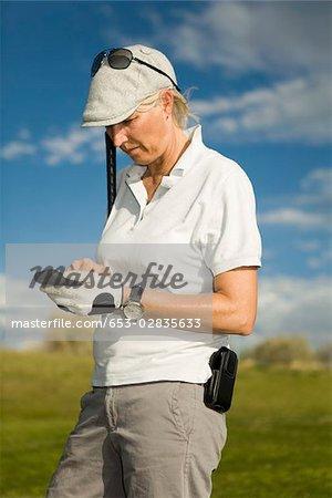 Ein Golfer mit einem Mobiltelefon