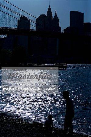 Silhouette de gens de l'East River et le gratte-ciel de Manhattan, New York City