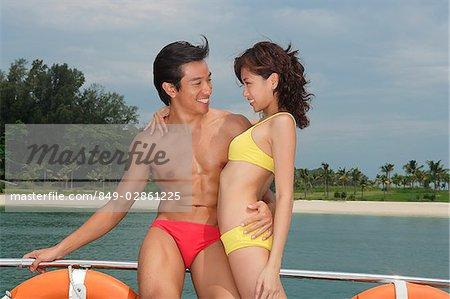 Jeune couple sur l'yacht, regardant les uns les autres
