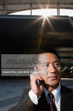 Homme d'affaires sur un téléphone mobile