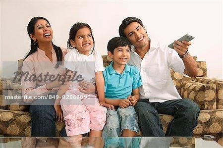 Familie Vor Dem Fernseher Auf Couch Stockbilder Masterfile