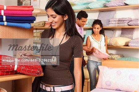 trois personnes shopping dans le magasin de ménage
