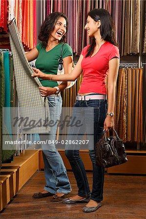 deux filles shopping tissu