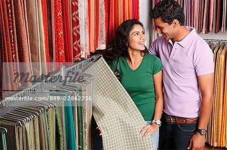 couple shopping tissu