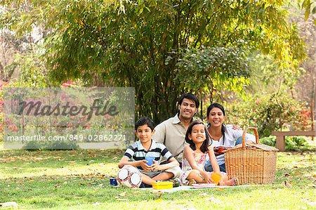 Famille dans le parc avec pique-nique