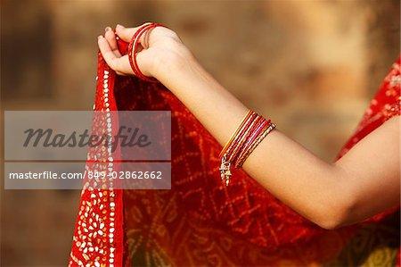bras de la femme portant des bracelets