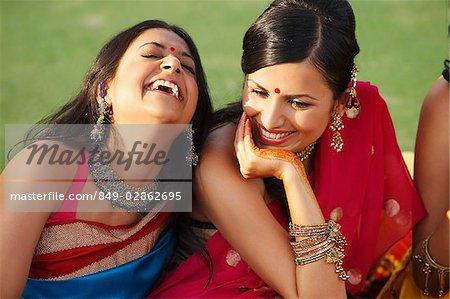 deux femmes en saris, rire
