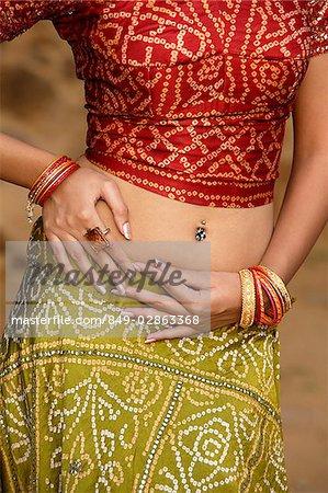 sexy femme en sari, ventre piercing