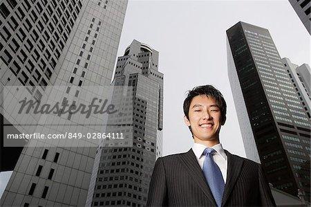 Portrait d'homme d'affaires entre les bâtiments