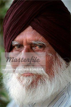 Homme barbu Sikh de Malaisie, Kuala Lumpur, se trouve à l'extérieur d'un temple.