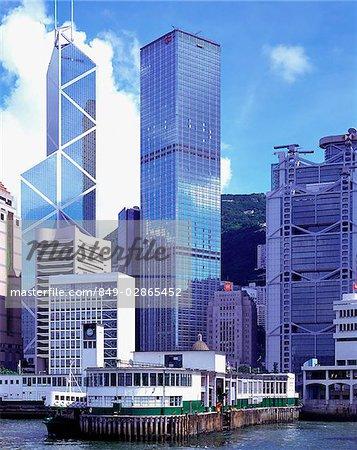 Chine, Hong Kong skyline avec bac en premier plan