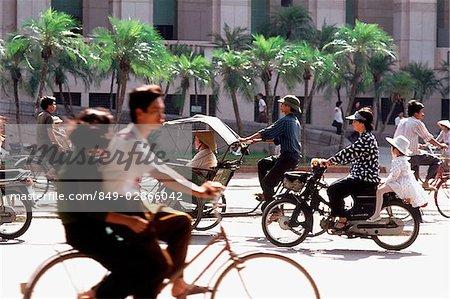 Trafic du Vietnam, Hanoi, en face de la Foreign Trade Bank