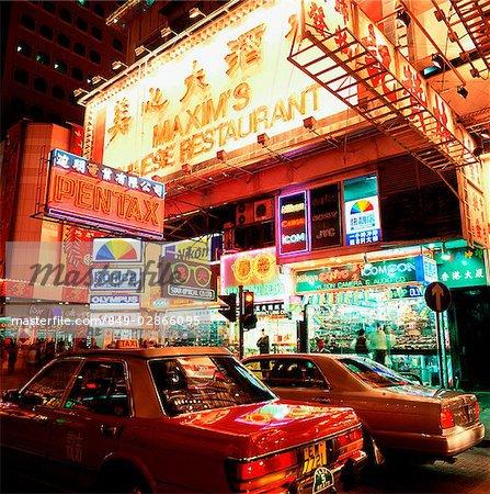Hong Kong, Causeway Bay, Busy street scene pendant la nuit.