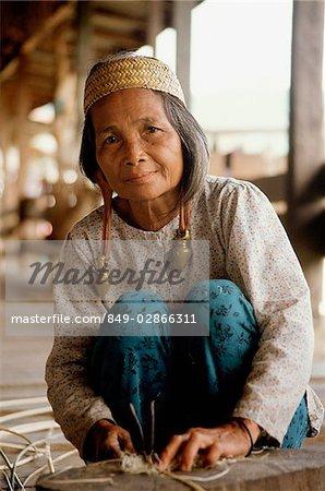 Malaysia, Sarawak, Kenya woman splitting rattan
