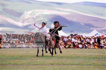 Chine, Szechuan (Sichuan), région de Kham, voir cavaliers Khampa leurs talents au summer festival nomade.