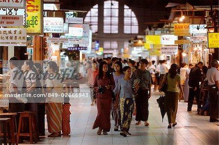 Myanmar (Birmanie), Yangon (Rangoon), Shoppers flâner au marché Bogyoke Aung San, communément appelé marché de Scott.