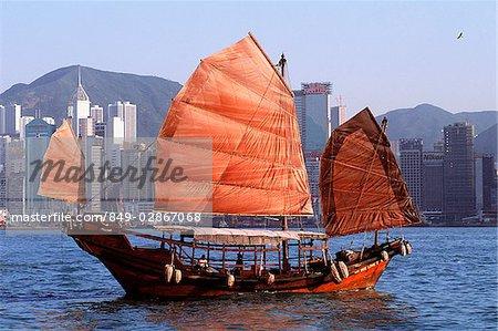 Chinois de Hong Kong, le port de Victoria, le courrier indésirable, les bâtiments en arrière-plan.