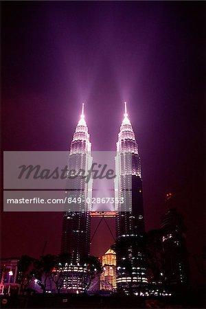Malaisie, Kuala Lumpur, Petronas Towers pendant la nuit.