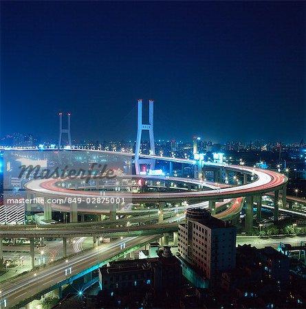 Chine, Shanghai, pont de Nanpu, traversant la rivière Huangpu. Exposition de nuit