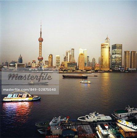 Skyline de Chine, Shanghai, Pudong business district, bateaux en avant-plan au crépuscule