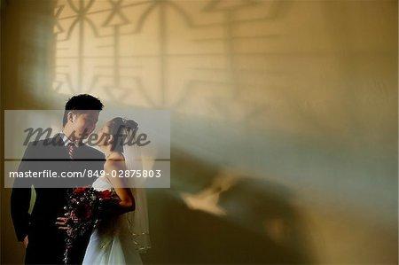 Braut und Bräutigam, stehend nebeneinander betrachten einander